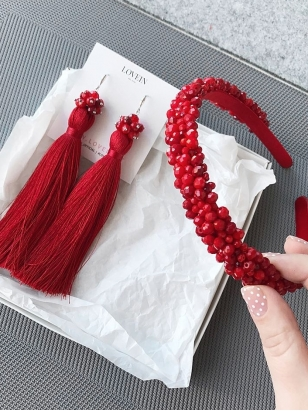 Lovein raudonas plaukų lankelis