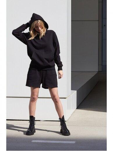 Moteriškas juodas džemperis su gobtuvu 2